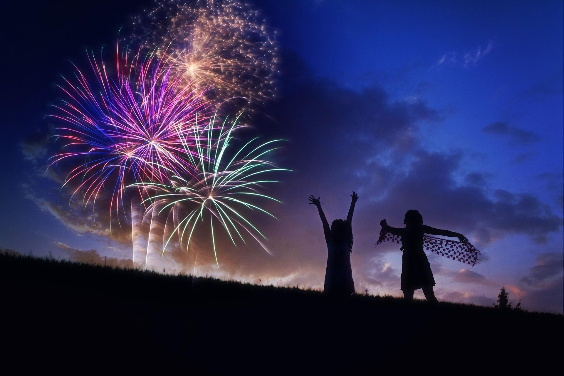 花火を楽しむ2人組の女性